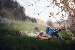Śliczna chłopiec kłama na trawie z gitarą na zmierzchu fotografia royalty free