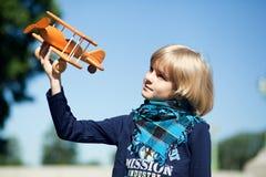Śliczna chłopiec lata jego samolot Obrazy Royalty Free