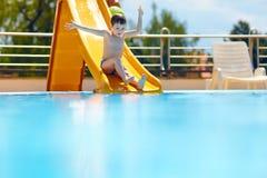 Śliczna chłopiec ma zabawę na wodnym obruszeniu obraz stock