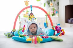Śliczna chłopiec na kolorowym gym, bawić się z obwieszeniem bawi się w domu Obrazy Stock