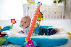 Śliczna chłopiec na kolorowym gym, bawić się z obwieszeniem bawi się w domu Obraz Stock