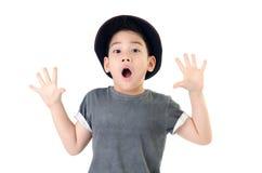 Śliczna chłopiec niespodzianki twarz z kapeluszem odizolowywa dalej  Obraz Royalty Free