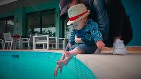 Śliczna chłopiec Odkrywa wodę przy basenem zbiory wideo