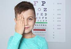 Śliczna chłopiec odwiedza dziecko lekarkę, przestrzeń dla teksta obraz royalty free
