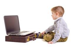 Śliczna chłopiec patrzeje laptopu ekran fotografia stock