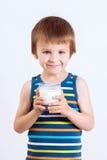 Śliczna chłopiec, pijący mleko, trzyma szkło mleko, wąsy zdjęcie stock