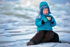 Śliczna chłopiec pije gorącej herbaty w zimie fotografia royalty free