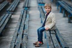 Śliczna chłopiec pozuje portret Zdjęcie Royalty Free