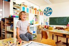Śliczna chłopiec pracuje w sala lekcyjnej Fotografia Royalty Free