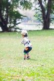Śliczna chłopiec 2-3 roczniaka sztuka w ogródzie Fotografia Royalty Free