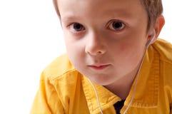 Chłopiec słucha muzyka zdjęcia royalty free