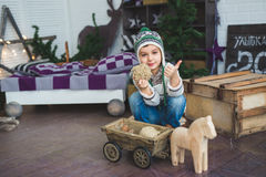 Śliczna chłopiec siedzi drewniane zabawki i bawić się z Zdjęcia Royalty Free