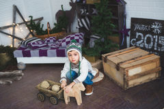 Śliczna chłopiec siedzi drewniane zabawki w studiu i bawić się z Obraz Royalty Free