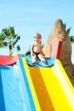 Śliczna chłopiec siedzi na górze waterslide Fotografia Royalty Free
