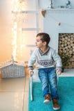 Śliczna chłopiec siedzi na kołysa krześle w studiu Fotografia Royalty Free