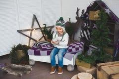 Śliczna chłopiec siedzi w dekorującym studiu Zdjęcia Royalty Free