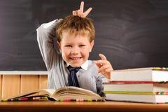 Śliczna chłopiec target569_0_ przy lekcją zdjęcie stock