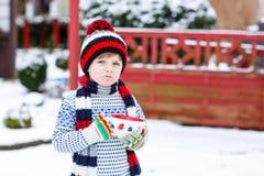Śliczna chłopiec trzyma dużą filiżankę, gorącej czekolady marshmallo i napój i Obrazy Stock