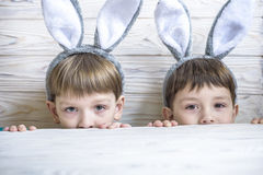 Śliczna chłopiec trzyma gniazdeczko z barwionymi Wielkanocnymi jajkami na Wielkanocnym dniu w domu Odświętności wielkanoc przy wi obrazy royalty free
