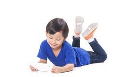 Śliczna chłopiec używa pastylkę Zdjęcia Royalty Free