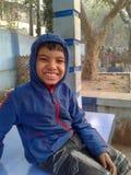 Śliczna chłopiec w ładnym parku zdjęcie royalty free
