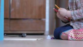 Śliczna chłopiec w śmiesznych szkłach rysuje z oba rękami na papierze w domu zbiory