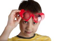 Śliczna chłopiec w czerwonych serc szkłach Zdjęcia Royalty Free