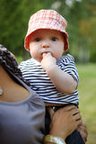 Śliczna chłopiec w czerwonym kapeluszu Zdjęcia Stock