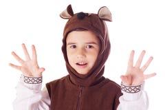 Śliczna chłopiec w niedźwiadkowym kostiumu Fotografia Stock