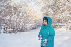 Śliczna chłopiec w zima lesie Zdjęcia Stock