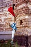 Śliczna chłopiec wiesza czerwonego parasol Obraz Royalty Free