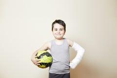 Śliczna chłopiec z łamaną ręką zdjęcia royalty free