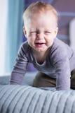 Śliczna chłopiec z śmiesznym twarzy wyrażeniem looing przy kamerą Dziecięcy dzieciak robi twarzy Zezowanie chłopiec Obrazy Stock