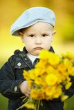 Śliczna chłopiec z dandelions obraz stock