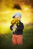 Śliczna chłopiec z dandelions obrazy stock