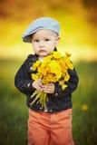 Śliczna chłopiec z dandelions fotografia stock