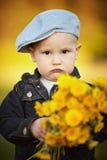 Śliczna chłopiec z dandelions zdjęcia royalty free