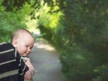 Śliczna chłopiec z jego ojcem w parku Fotografia Stock