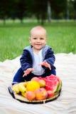 Śliczna chłopiec z koszem dojrzałe owoc na naturze Obraz Royalty Free
