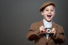 Śliczna chłopiec z starą fotografii kamerą Zdjęcia Royalty Free