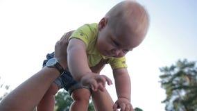 Śliczna chłopiec z tata cieszy się czas wolnego outdoors zdjęcie wideo