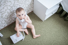 Śliczna chłopiec z telefonem Fotografia Royalty Free