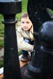Śliczna chłopiec z wielkim szachy Zdjęcia Stock