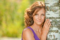 Śliczna ciemnowłosa kobieta blisko brzozy drzewa zdjęcia royalty free