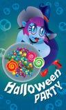 Śliczna czarownica trzyma talerza cukierki Z strasznym tłem Zdjęcia Stock