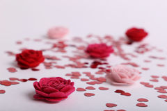 Śliczna czerwień rozpraszający cekinów serca z tkaniną kwitną na białym tle Obraz Royalty Free