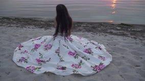 Śliczna dama w długiej wieczór sukni zdjęcie wideo