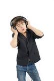 Śliczna darkhaired chłopiec słucha muzyka w słuchawki Fotografia Stock