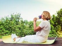 Śliczna, dorosła kobieta robi ćwiczeniu w parku, fotografia royalty free