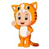 Śliczna dzieciak kreskówka jest ubranym kota kostium ilustracja wektor
